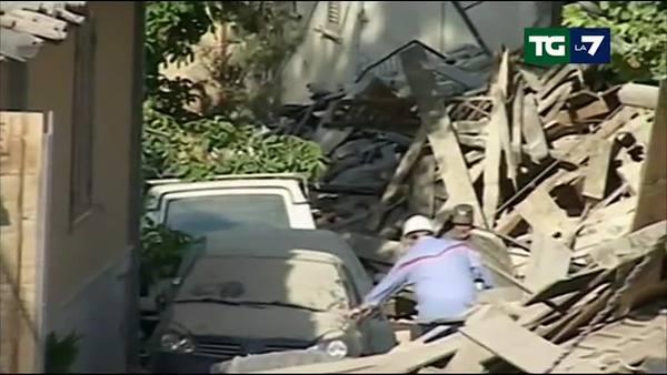 Arquata, la gente rimane davanti alle case distrutte