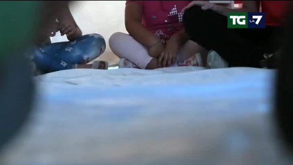 Nei campi degli sfollati tutti stretti intorno a bambini